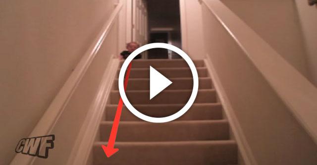 Маленький ребенок спускается по лестнице