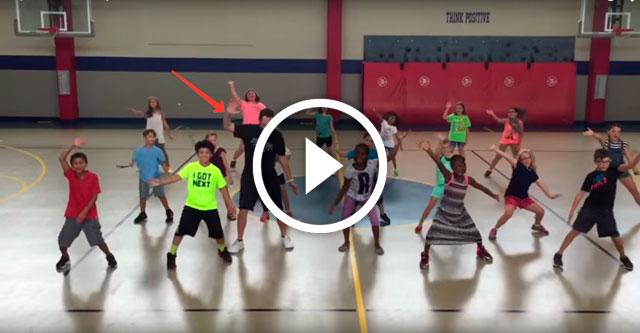 Учитель физкультуры тренирует свой класс