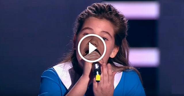 Девочка поет молитву