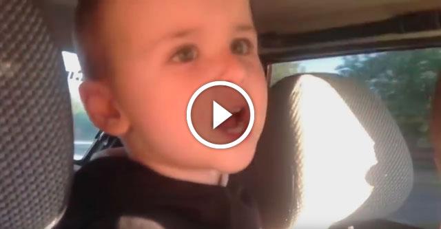 Малыш поет в автомобиле