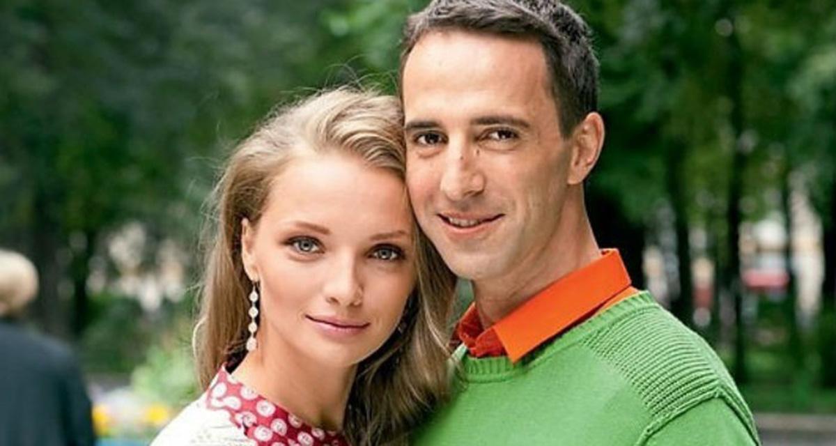 Фото русских супругов, с большой попой ласкает себя в лосинах