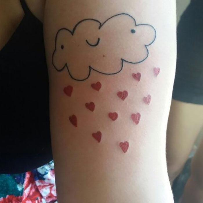 Девушка не умеет рисовать и делает плохие тату. Но у неё очередь из клиентов!