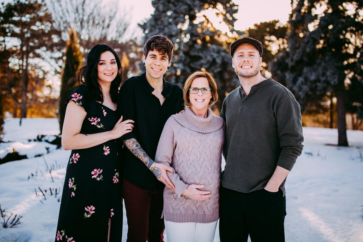 61-летняя женщина родила ребёнка для своего сына и его мужа — но это ещё не всё