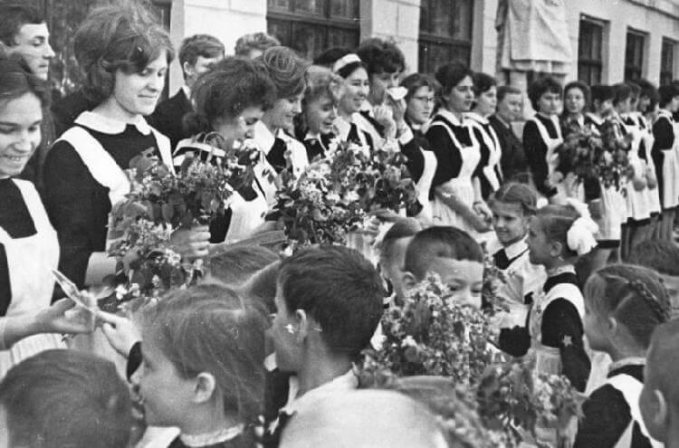 Фото выпускниц школы в 1970-х годах навевают ностальгию