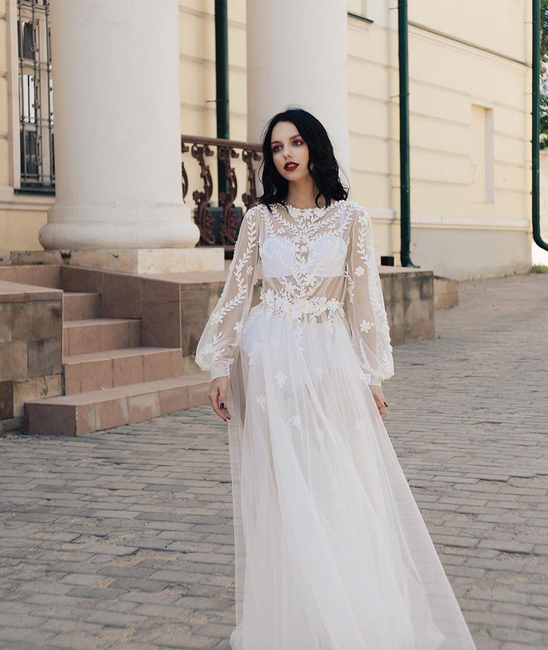 Школьница пришла на выпускной в полностью прозрачном платье из свадебного салона