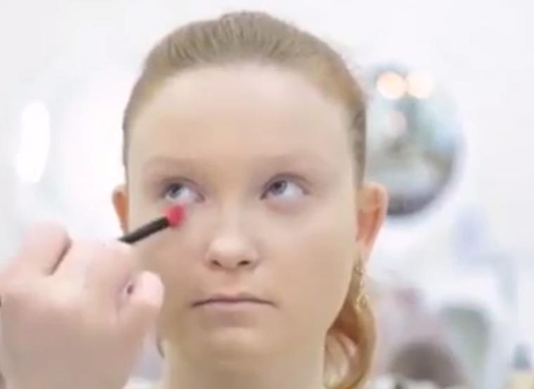 Невеста не хотела делать яркий макияж. Визажист ее не послушал и поступил по-своему