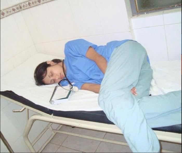 Блогер сфотографировал спящего доктора и опубликовал это в соцсетях