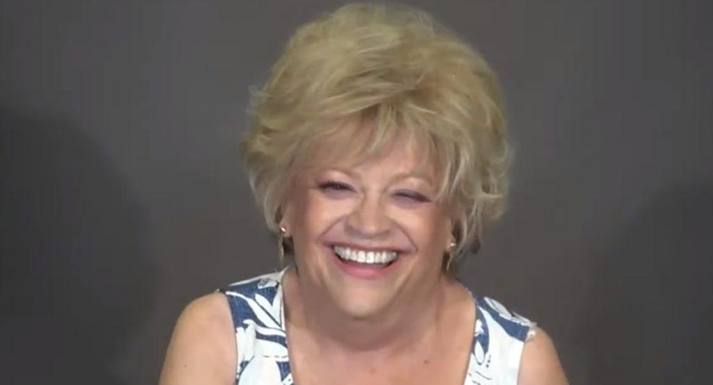 70-летняя дама решилась пойти к стилисту и превратилась в красотку