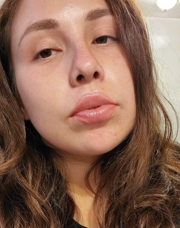 Новый тренд: подростки смазывают губы клеем и вот зачем