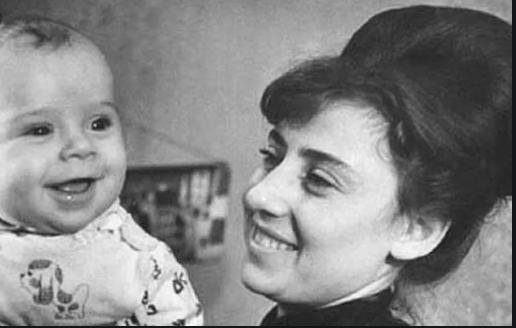 Подборка снимков знаменитостей с их мамочками