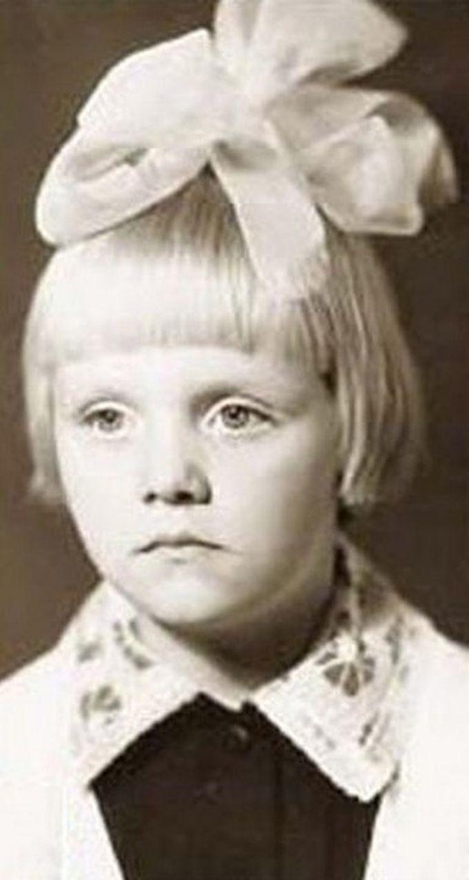 Архивные снимки звезд со времен школы. Многих сложно узнать