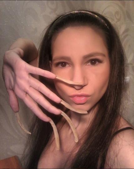 Девушка не стригла ногти 4 года и ее внесли в Книгу рекордов