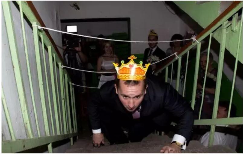 Украшение подъездов к свадьбе: эти снимки рассмешат любого