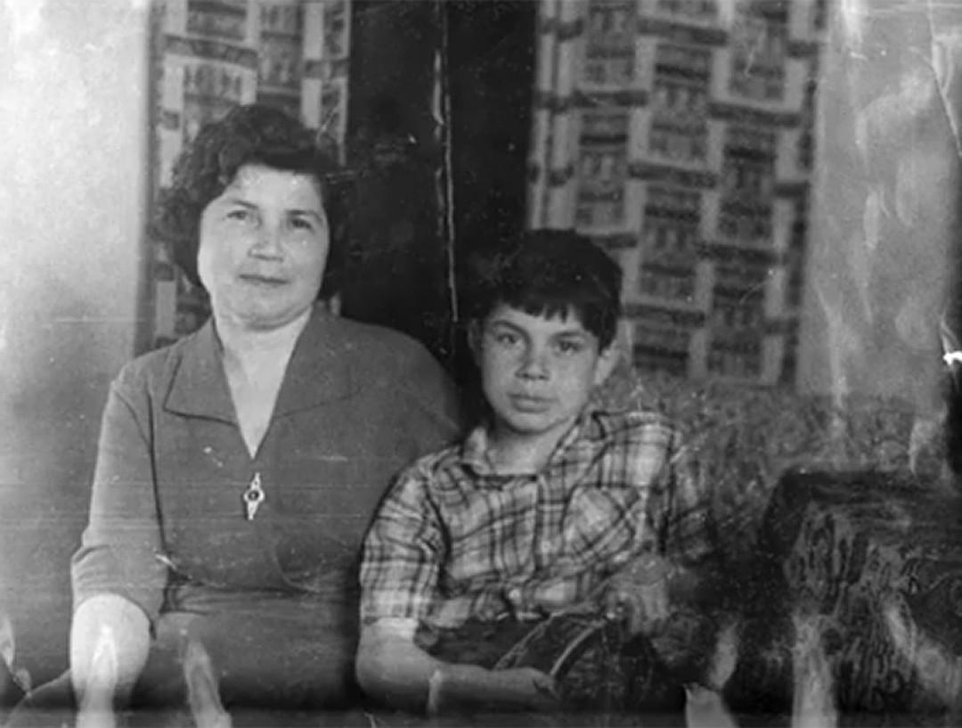 Кто это мальчик на фото с мамой? Фото: Личный архив