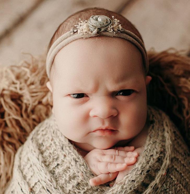 Эта девочка одним только взглядом показала всем, что она думает про фотосессии новорожденных