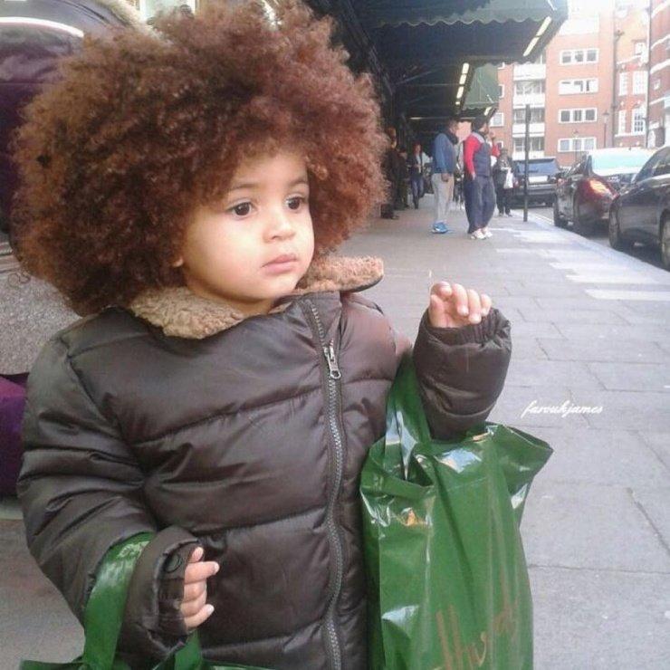 Мама решила не стричь своего малыша и уже в 8 лет он стал знаменитым благодаря соей прическе