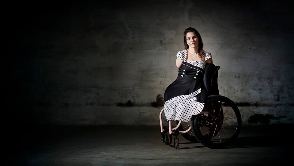Она без рук и без ног, но прекрасно снимает видео, фотографирует, шьет и даже водит машину
