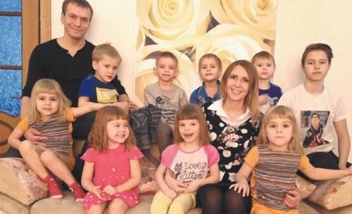 Она рискнула выйти замуж за отца-одиночку шестерых детей. Как сложилась их жизнь?