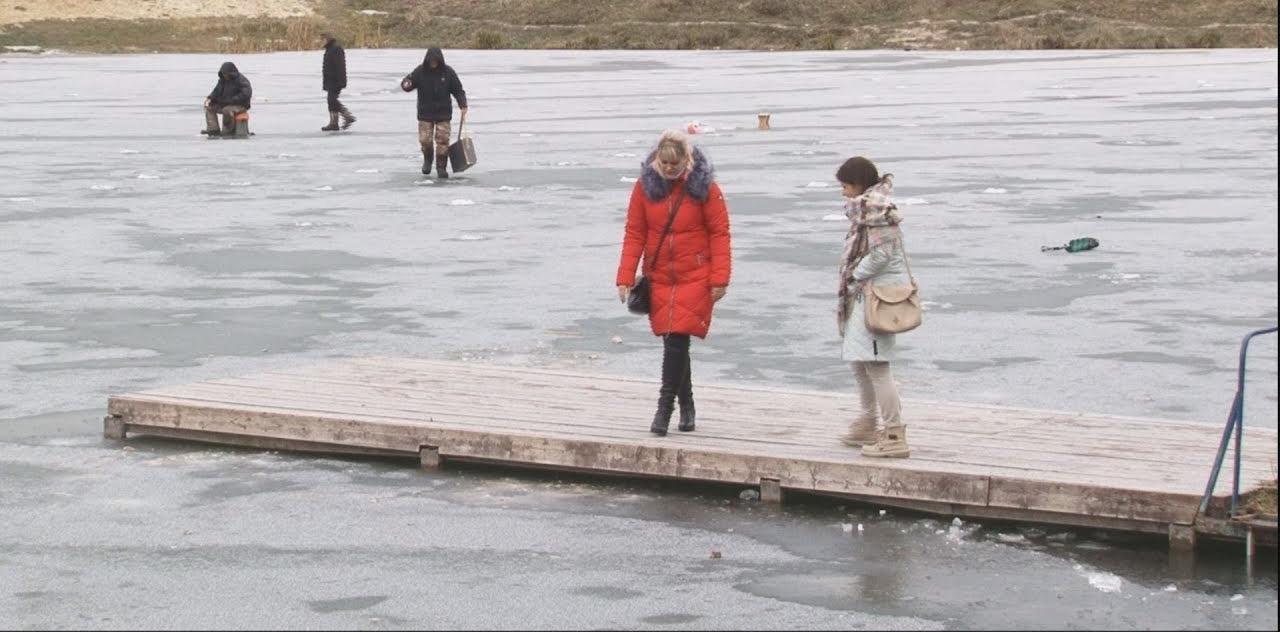 Девушка бесстрашно бросилась в ледяную воду, что бы спасти тонущего мальчика