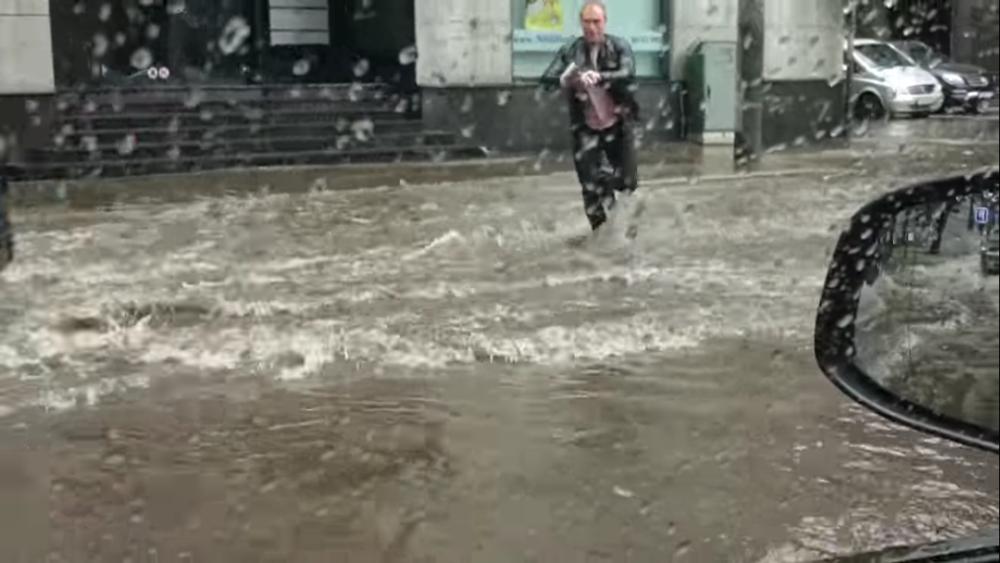 Не смотря на сильный ливень парень побежал спасать котенка. Такие люди помогают нам верить в добро