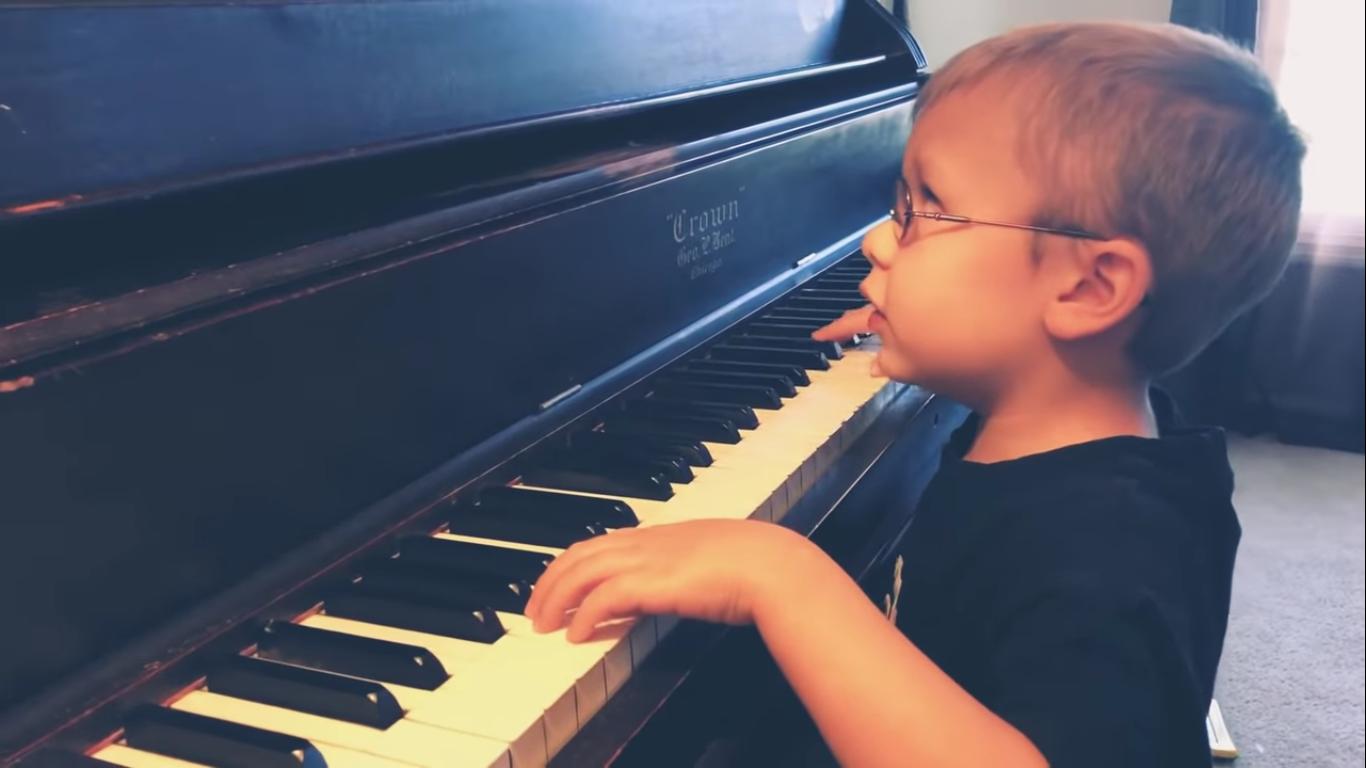 Маленький музыкант, который очень плохо видит, покорил всех своим исполнением «Богемской рапсодии». Очень трогательное видео