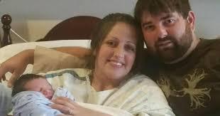 Новоиспеченная бабушка по ошибке писала новости о ребёнке незнакомым людям. А те пришли их поздравить