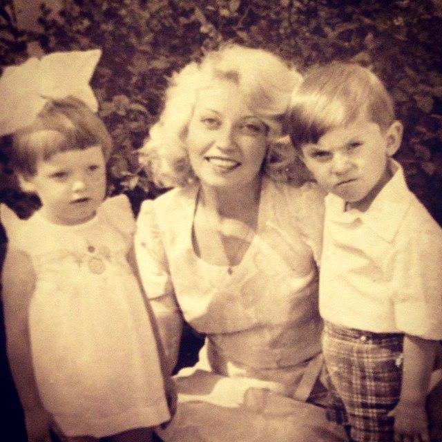 Жена, две дочери и сестра-близнец: немного фото из личной жизни Александра Реввы
