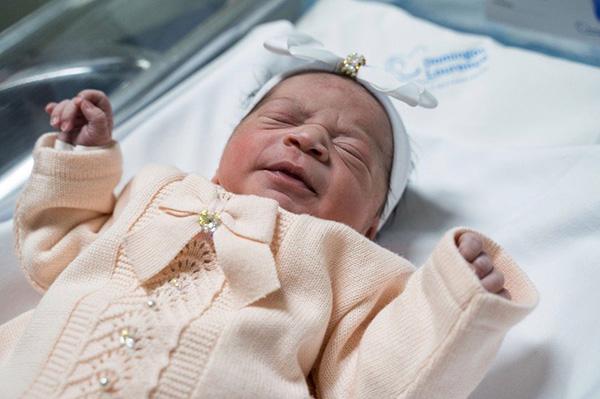 Новорожденная малышка одарила докторов таким взглядом, что им стало не по себе