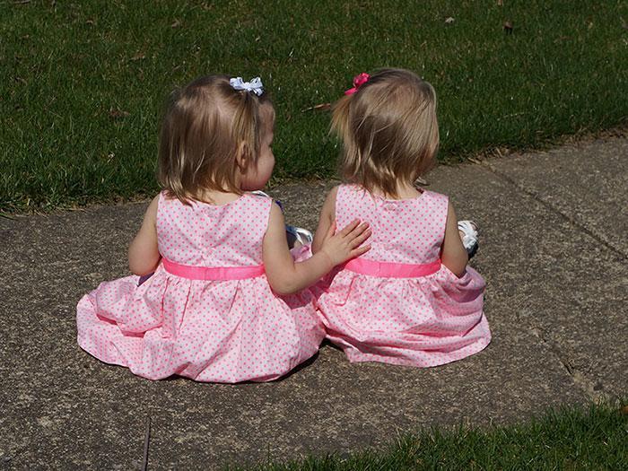 Самые родные и близкие: девочки-близняшки родились держась за руки
