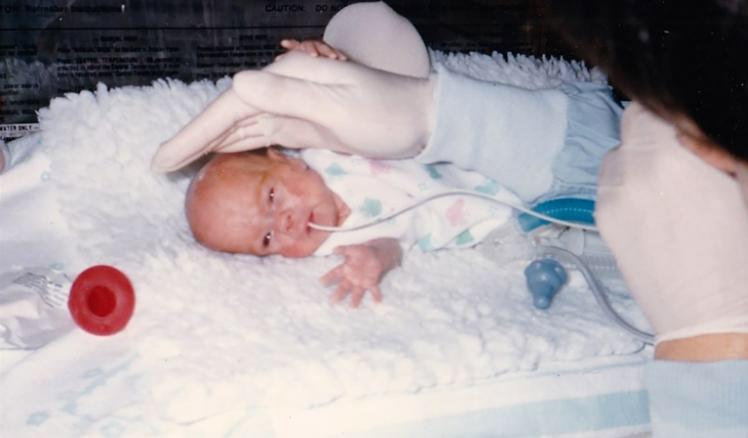 34 года назад она родилась с весом 566 грамм. А сейчас уже сама помогает таким крошкам
