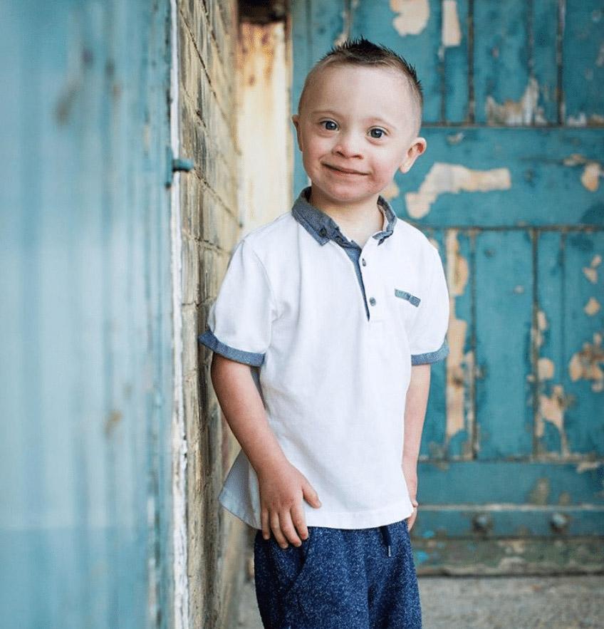 Мальчик с синдромом Дауна стал моделью и научился полноценно наслаждаться жизнью