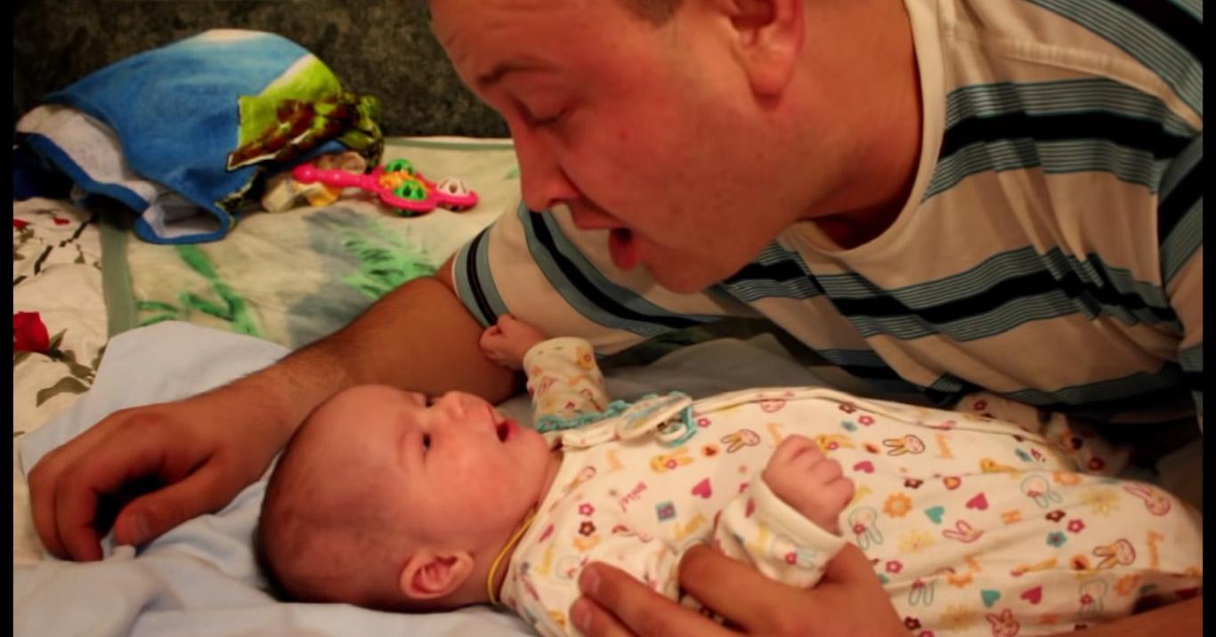 Очень доброе видео: 1,5 — месячный малыш вместе с папой поет песню для мамы