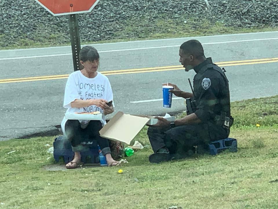 Полицейский накормил бездомную и сел поесть вместе с ней. А все благодаря надписи на ее футболке