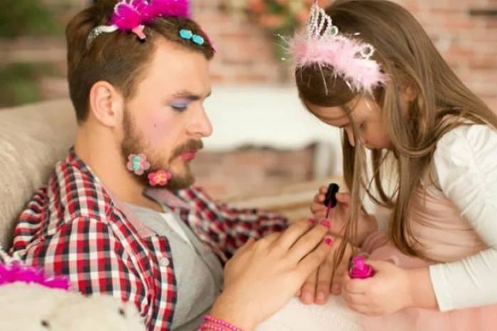 Дети играли в салон красоты: красивыми стали стены, ковер, папа и кот…