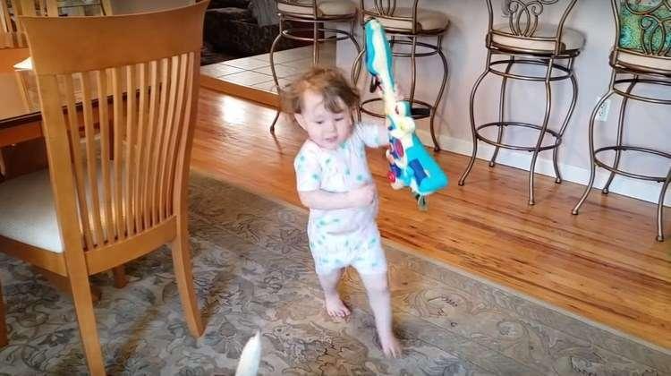 Это был настоящий концерт: он играл и пел, она танцевала
