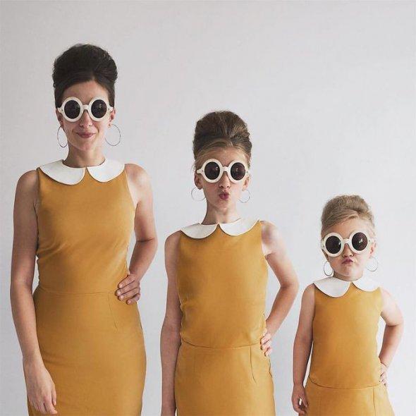 Мама со своими дочками покоряет Интернет фотографиями в одинаковых нарядах. Но одна из них всегда вносит свою «изюминку»