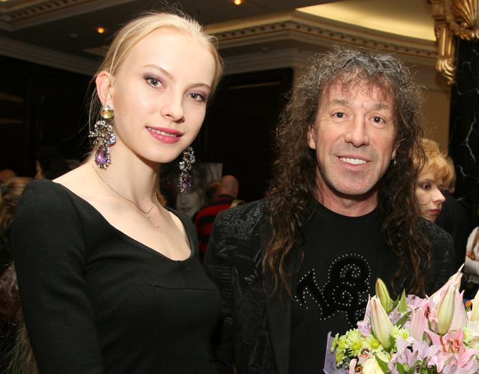Молодая жена Владимира Кузьмина и три взрослые дочери