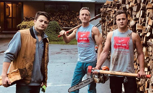 Отец с сыновьями нарубили дров, чтобы раздать тем, у кого нет денег на отопление