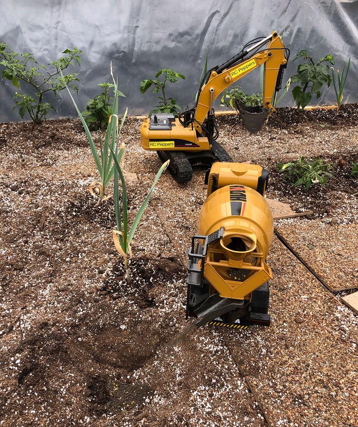 Мужчина выращивает урожай с помощью игрушечной техники, удивительно, но у него все получается!