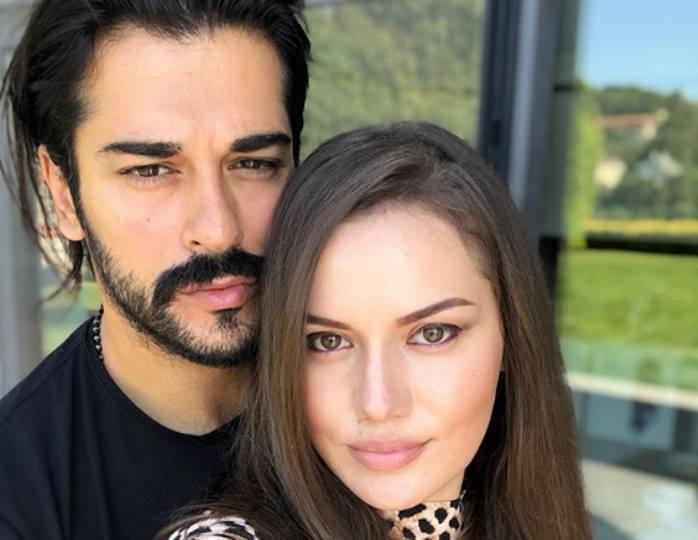 Как выглядят родители и сестра самого красивого турецкого актера Бурака Озчивита?
