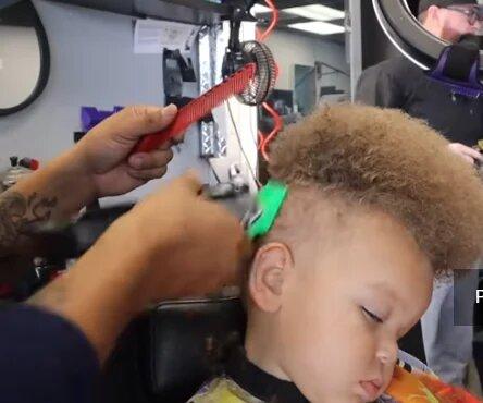 Преображение «одуванчика»: стилист изменил стрижку 2-летнему мальчику, теперь это стильный парень!