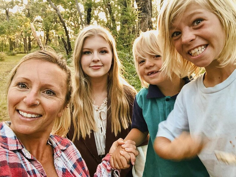Семья, в которой дети не посещают школу, а обучаются на природе