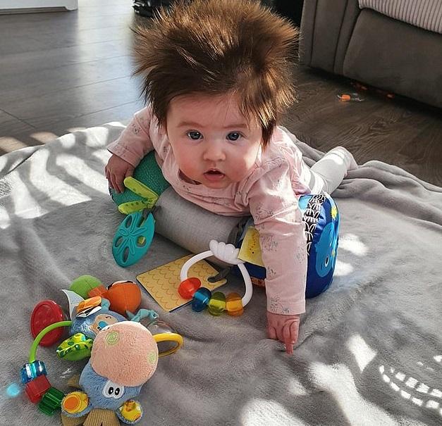 8-месячная малышка из-за длинных волос очень похожа на персонажа мультфильма