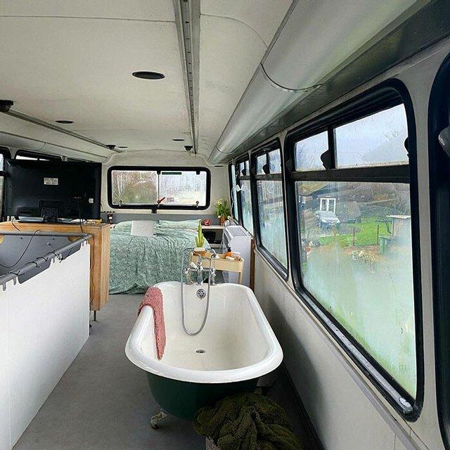 Семейная пара переделала старый автобус в двухэтажный дом, в котором есть все — от гардеробной до ванной комнаты