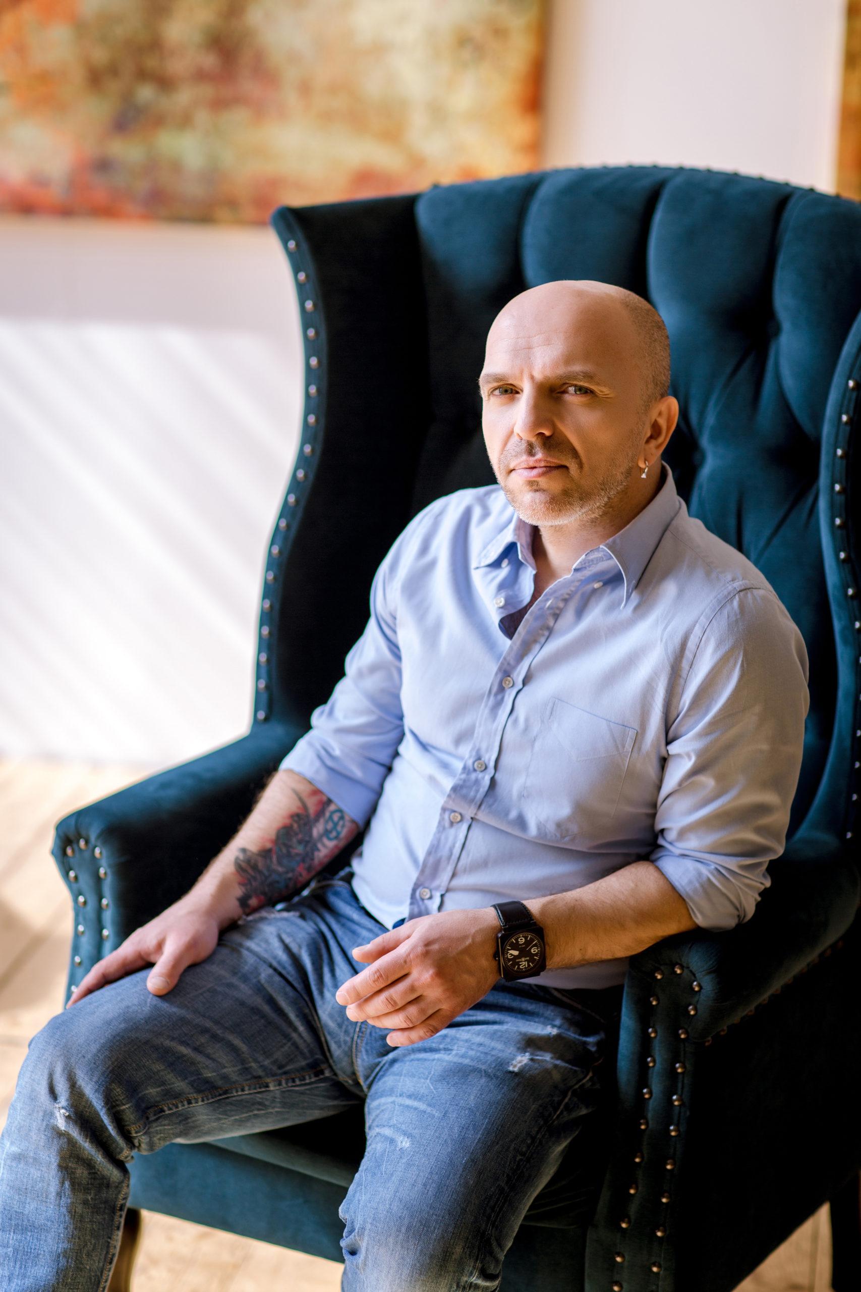 Солист и композитор группы «Непара» Александра Шоуа поздравил школьников с «Последним звонком» | АртМосковия