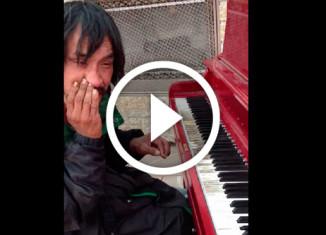 Бездомный играет свою мелодию на улице