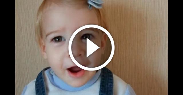 Маленькая девочка распевается