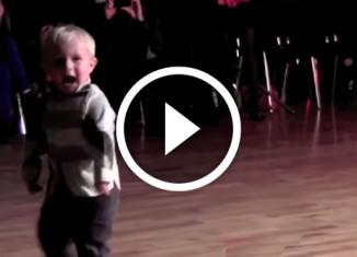 Малый круто танцует видео