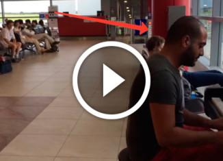 парень играет на пианино в аэропорту