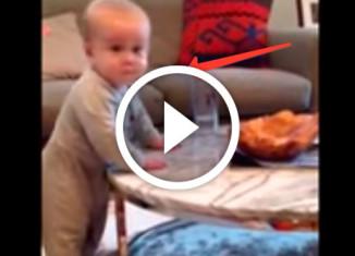 малыш издевается над мамой